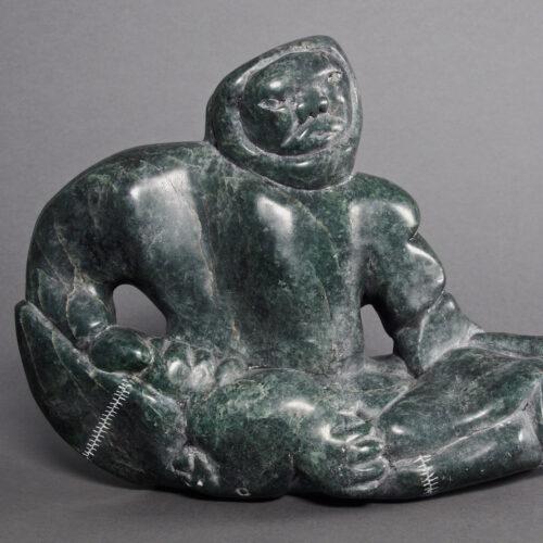 Charlie Inukpuk-Homme avec un phoque